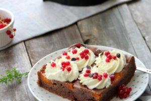 prajitura cu caise si coacaze rosii